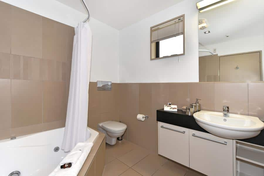 Deluxe-Studio-Bathroom.jpg_900