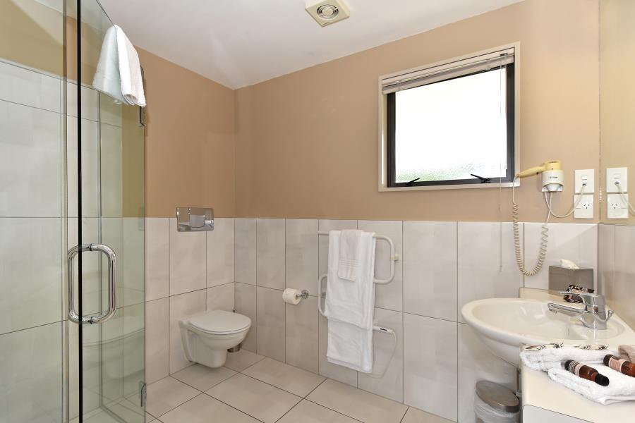Standard-Studio-Bathroom.jpg_900